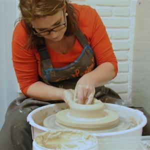 Marion aan het werk aan de draaischijf - pottenbakken
